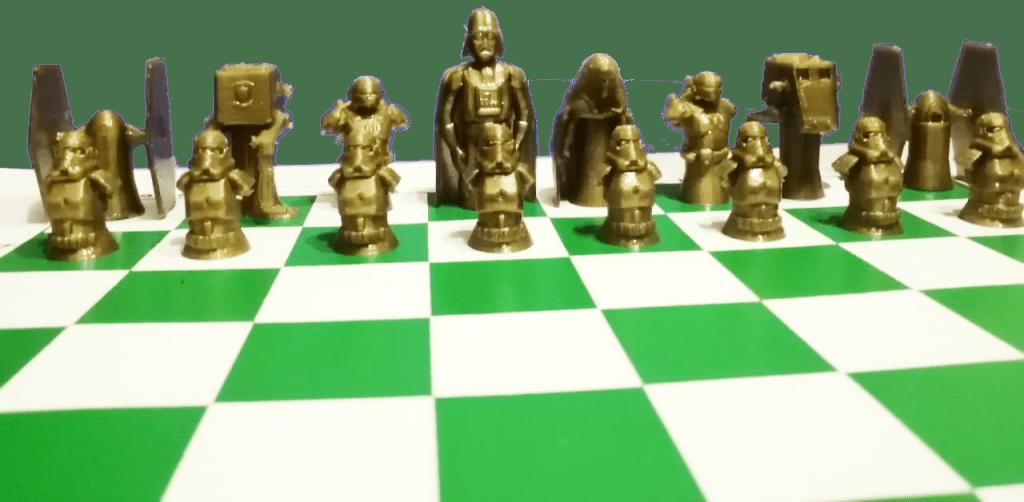 Detalle de las piezas de ajedrez temático de la guerra de las galaxias.